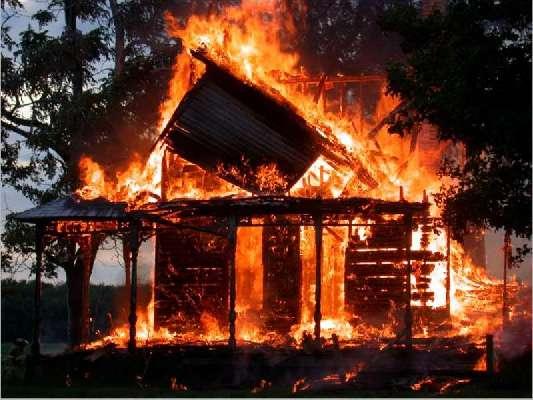 Сегодня ночью сотрудники ГИБДД вывели из горящего дома старушку и 12-ти летнюю девочку.