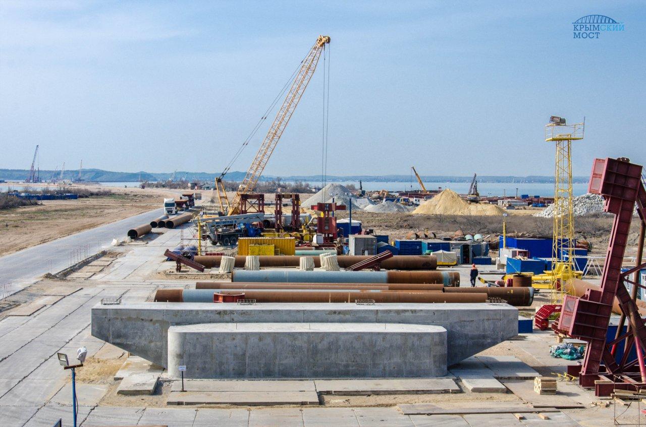 Строители возвели уже 7 опор Керченского моста