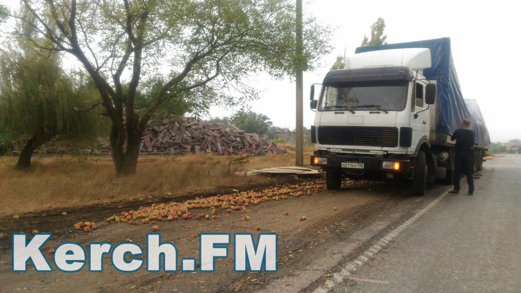 Нанашей улице праздник: вКерчи грузовой автомобиль рассыпал яблоки