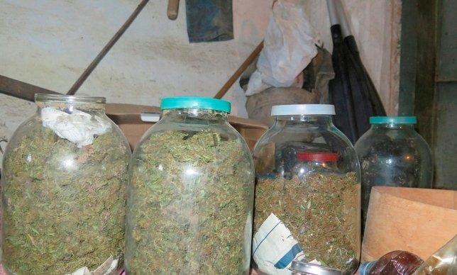 ВКерчи схвачен наркоделец стрехлитровыми бутылями «марихуаны»