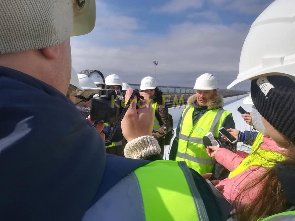 Строители уложили половину рельсов на железнодорожной части Крымского моста