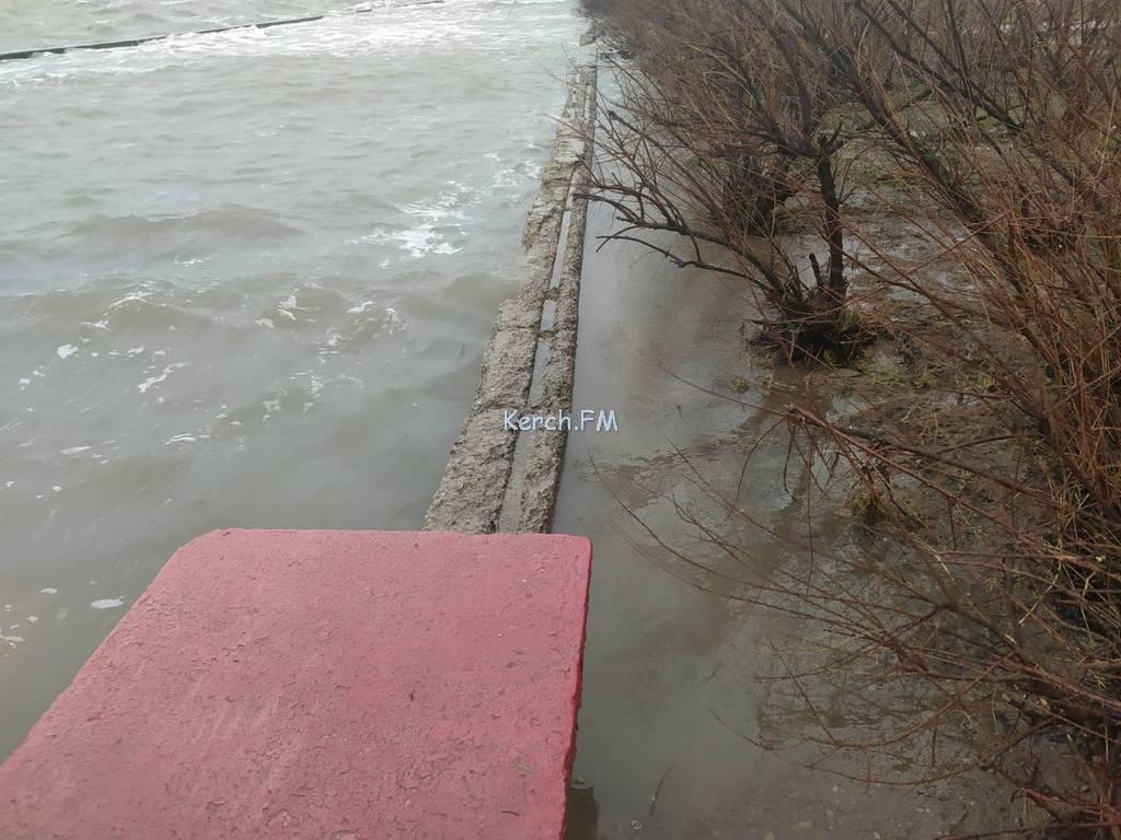 В Керчи море вышло из берегов и затопило набережную » Керчь.ФМ - вся правда  о Керчи, новости Керчи