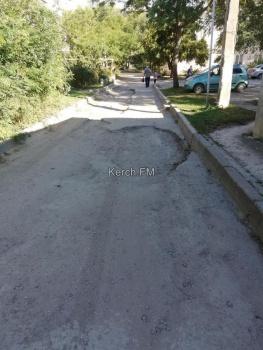 Одну дорогу к детсаду № 60 ремонтируют, про другую забыли, - керчане